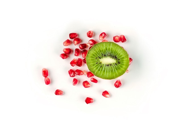 Widok z góry na zdrową koncepcję z soczystymi świeżymi owocami kiwi i nasionami granatu