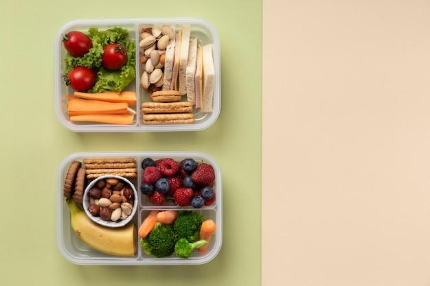 Widok z góry na zdrowe pudełka na lunch z jedzeniem