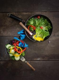 Widok z góry na zdrowy obiad z taśmy pomiarowej