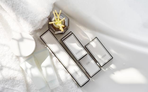 Widok z góry na zestaw kosmetyków do produktów kosmetycznych hotelowych