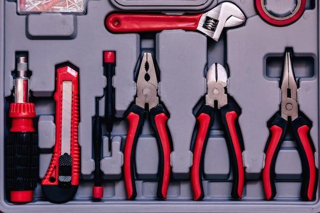 Widok z góry na zestaw narzędzi do naprawy