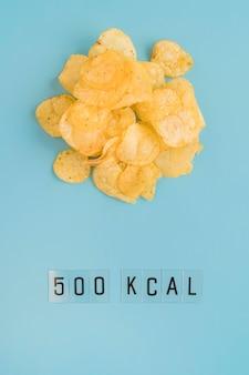 Widok z góry na żetony i liczbę kcal