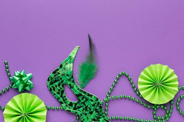 Widok z góry na zieloną dekorację i maski