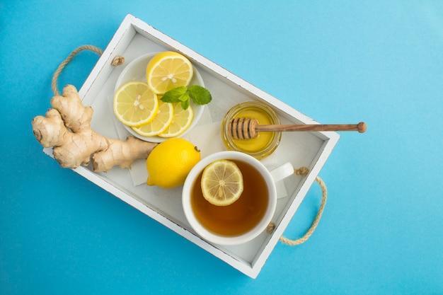Widok z góry na zieloną herbatę z cytryną, miodem i imbirem