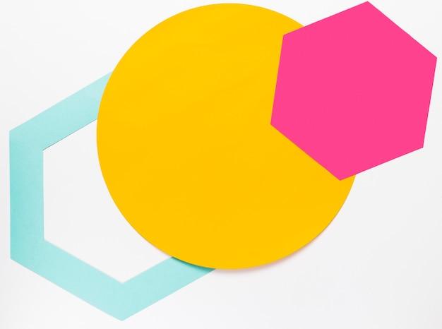 Widok z góry na żółte kółko z kolorowymi kształtami geometrycznymi