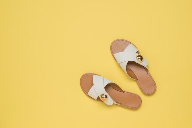 Widok z góry na żółte skórzane sandały. wygodne letnie buty damskie.