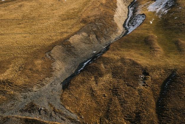 Widok z góry na żółte zbocza gór, jesienną przyrodę i czyste powietrze