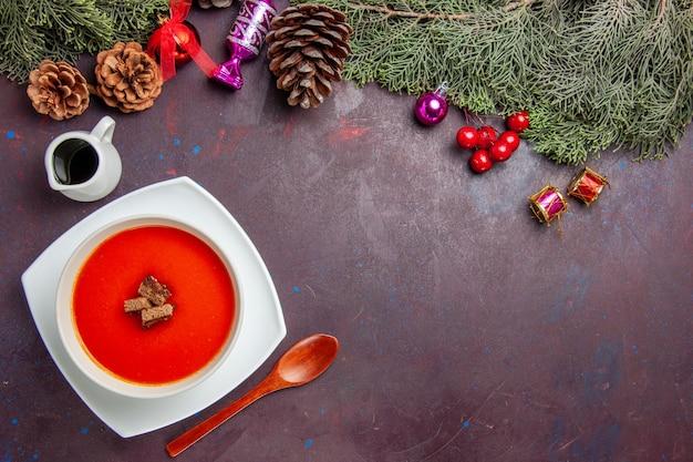 Widok z góry na zupę pomidorową z krojonym chlebem w środku na czarno