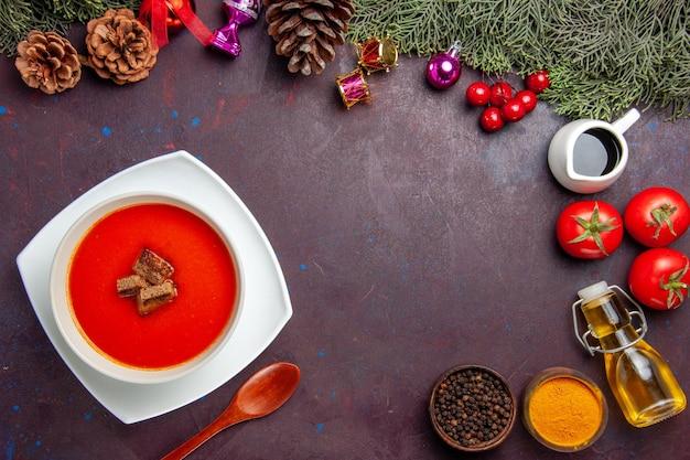 Widok z góry na zupę pomidorową ze świeżymi pomidorami i przyprawami na czarno