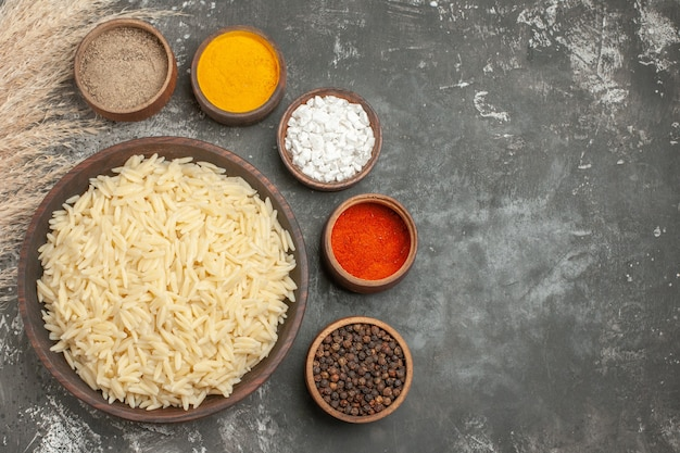Widok z góry na zwykły gotowany ryż z różnymi przyprawami