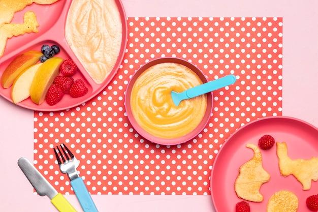 Widok z góry na żywność dla niemowląt z malinami i innymi owocami