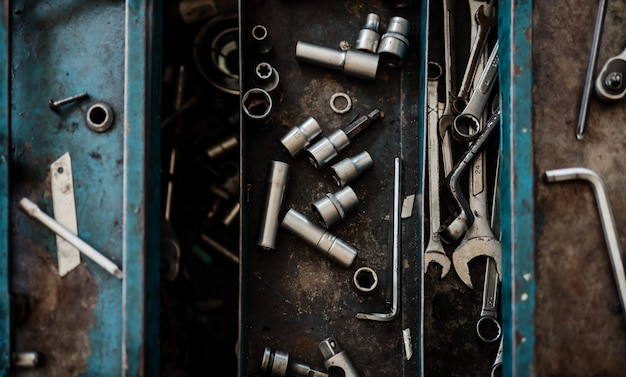 Widok z góry narzędzi mechanika w garażu. inżynier, zestaw narzędzi craftsman. selektywne ustawianie ostrości