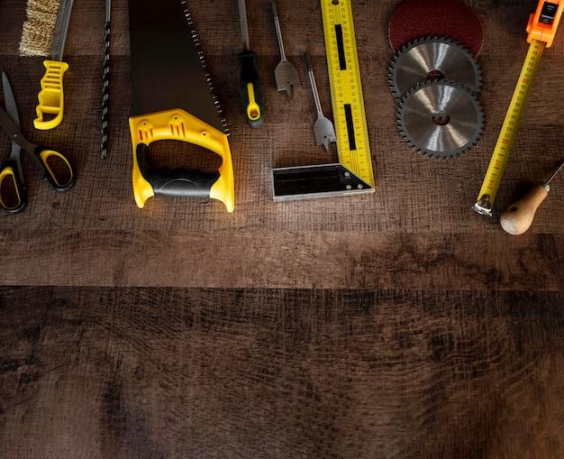 Widok z góry narzędzia do drewna na biurku