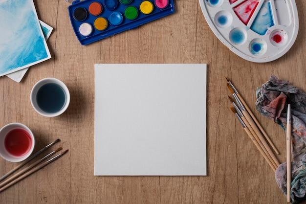 Widok z góry narzędzia do malowania na stole