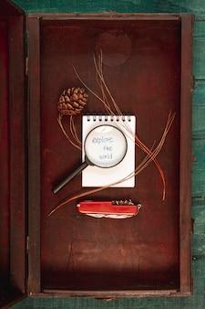 Widok z góry narzędzia do podróżowania w drewnianym pudełku