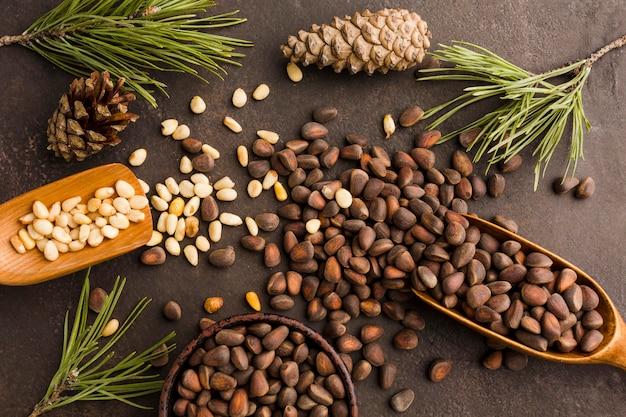 Widok z góry nasiona sosny z drewnianą łyżką