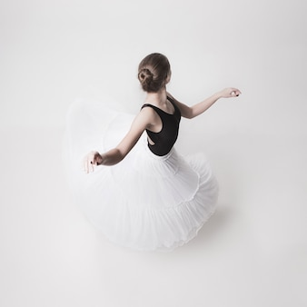 Widok z góry nastoletniej baletnicy na białej przestrzeni