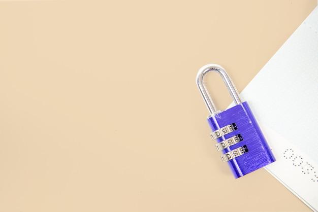 Widok z góry niebieski klucz lub kłódka zablokowana w książeczce konta na białym tle. koncepcja oszczędnościowa i finansowa, bezpieczeństwo finansowe biznesu lub bezpieczeństwo konta. skopiuj miejsce.