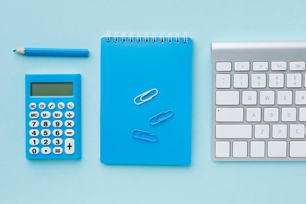 Widok z góry niebieski notatnik i klawiatura