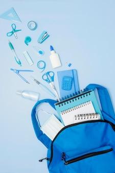 Widok z góry niebieski plecak z przyborów szkolnych