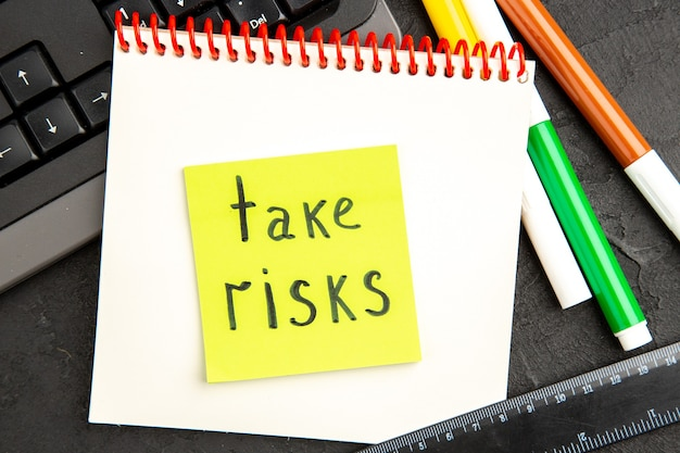 Widok z góry notatki motywacyjne z klawiaturą i ołówkami na ciemnej powierzchni długopis ze zdjęciem notatnik zeszyt szkoła pisania kolor inspiruje