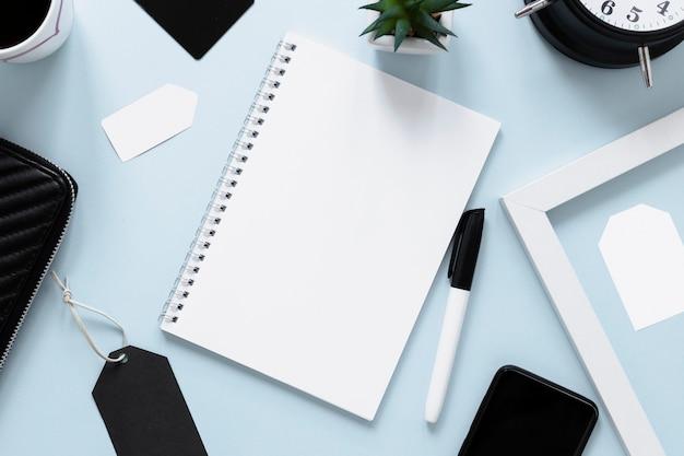 Widok z góry notatnik na makiety biurka