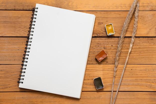 Widok z góry notatnik przestrzeni kopii i kolory