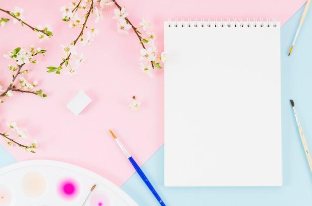 Widok z góry notatnik z gałęziami kwiatów