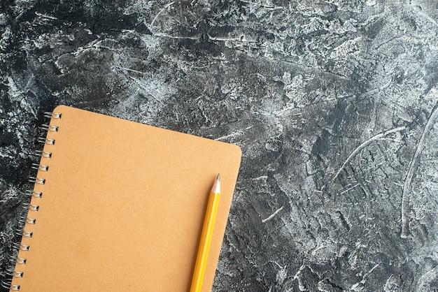 Widok z góry notatnika i ołówka