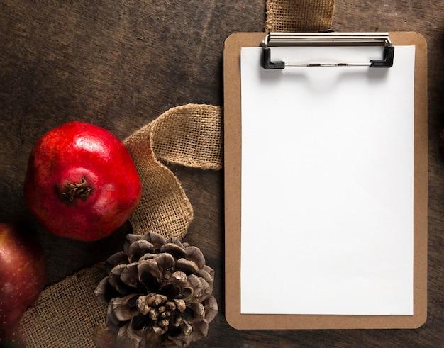 Widok z góry notatnika z jesiennymi szyszkami granatu i sosny