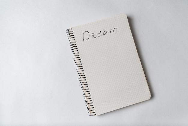 Widok z góry notatnika z napisem dream