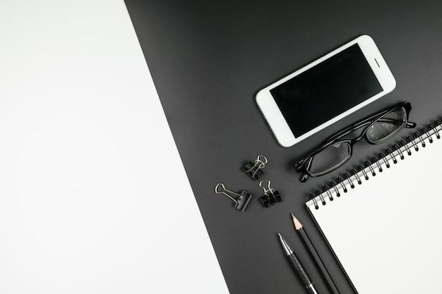 Widok z góry notebooka, długopis, ołówek, telefon komórkowy