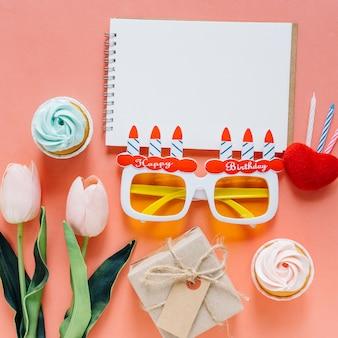 Widok z góry notebooka z elementami urodzinowymi