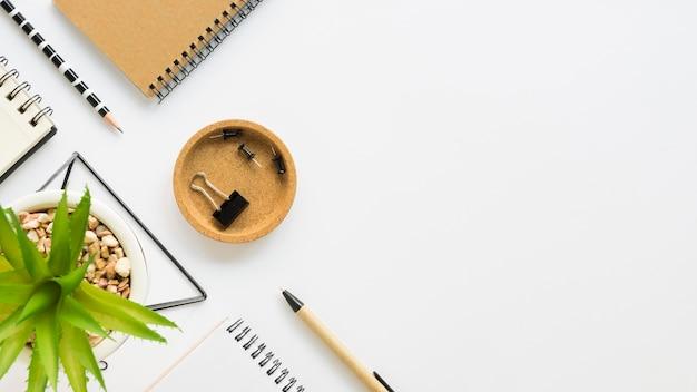 Widok z góry notebooków z artykułami biurowymi i spinaczami do papieru