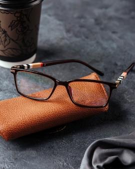 Widok z góry nowoczesne czarne okulary przeciwsłoneczne na szarym tle izolują wzrok elegancję