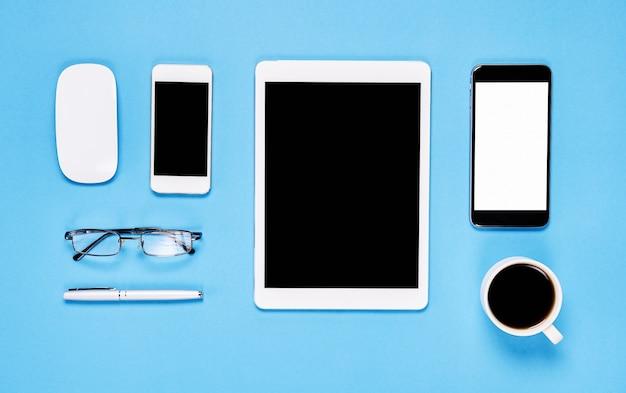 Widok z góry, nowoczesne miejsce pracy z laptopa i tabletu z inteligentny telefon umieszczony na pastelowym żółtym tle. skopiuj miejsce odpowiednie do wykorzystania w grafice.
