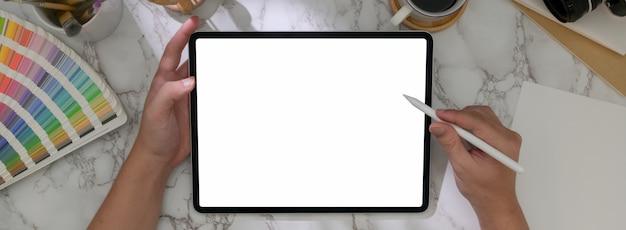 Widok z góry nowoczesnego stołu roboczego z laptopem, materiałami eksploatacyjnymi, dekoracją i miejsca do kopiowania