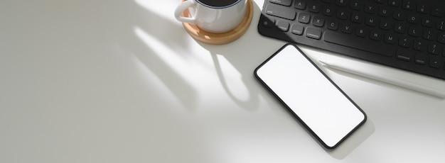 Widok z góry nowoczesnego stołu roboczego ze smartfonem, cyfrową tabletką, filiżanką kawy i miejsca kopiowania