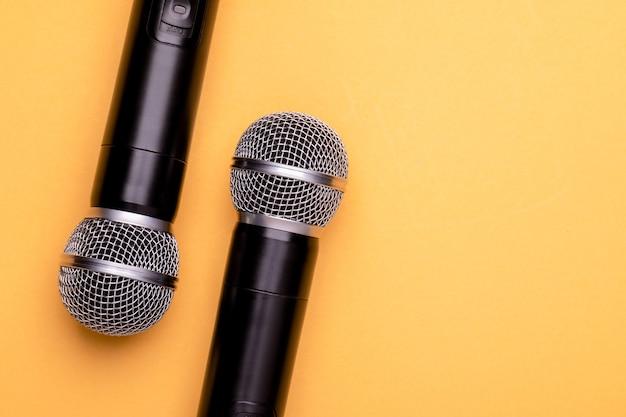Widok z góry nowy czarny mikrofon bezprzewodowy.