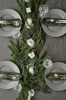 Widok z góry obraz tła stołu w jadalni ozdobionego na boże narodzenie gałęziami jodły i ok...