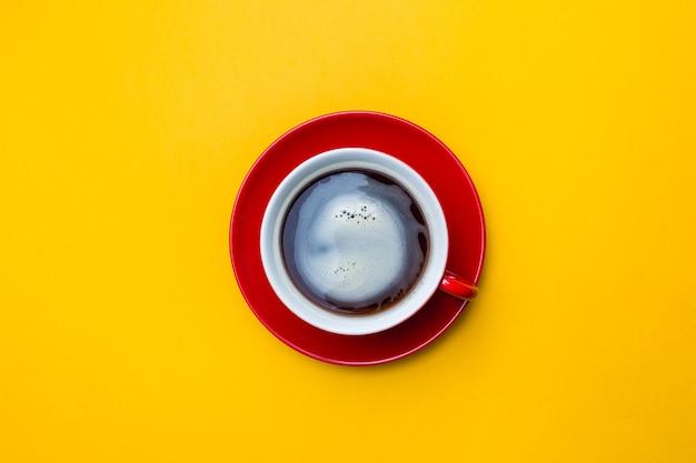 Widok z góry obrazu filiżanki kawy na żółto