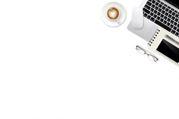 Widok z góry obszaru roboczego białe biurko z laptopem, artykułami biurowymi i filiżanką kawy