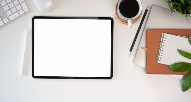 Widok z góry obszaru roboczego biurka na obecny produkt reklamowy na ekranie tabletu