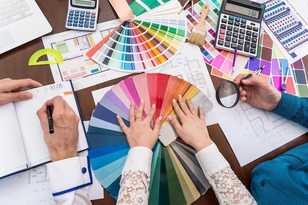 Widok z góry obszaru roboczego projektanta, omawiający próbnik kolorów