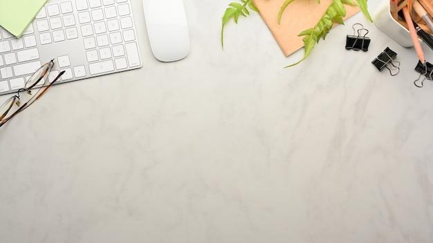 Widok z góry obszaru roboczego z klawiaturą komputerową, materiałami eksploatacyjnymi i miejscem na kopię w pokoju biurowym w domu