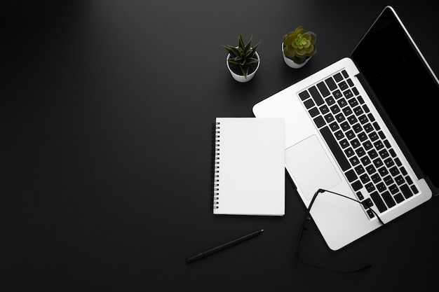 Widok z góry obszaru roboczego z laptopem i notebookiem