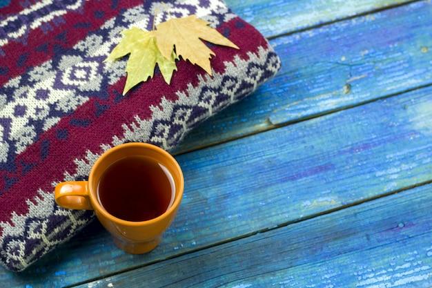 Widok z góry ocieplenie napój jesienne liście na dzianiny sweter bue desek na tle