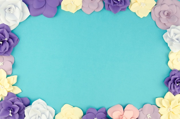 Widok z góry okrągłe ramki z kwiatami papieru i niebieskim tle