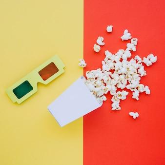 Widok z góry okulary 3d z smacznym popcornem