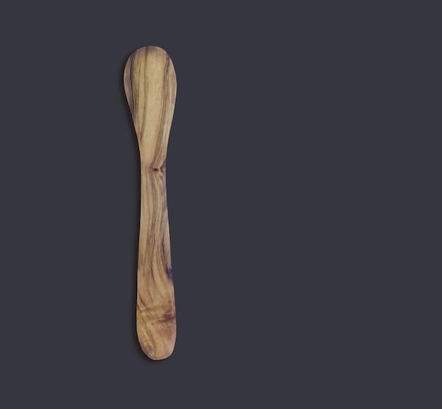 Widok z góry oliwna drewniana łyżka na czarnym tle on
